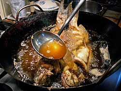 Frying a whole fish in a wok