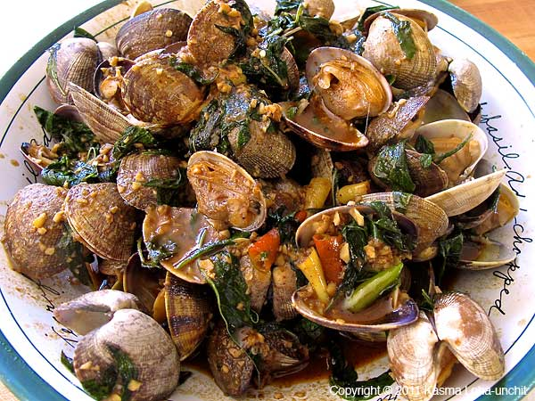Clams Stir-fried with Roasted Chilli Sauce and Basil