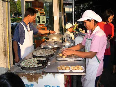 Two kanom krok vendors
